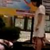 Con cúi đầu quỳ lạy mẹ hơn 20 lần vì tập cầu lông sai gây bức xúc