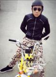 Trấn Thành mặc 'nhầm' quần của mẹ, lái 'siêu xe' ra đường