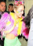 Miley Cyrus mặc sặc sỡ, cài chi chít nơ trên đầu mừng sinh nhật