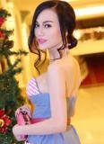 Cao Thùy Linh diện váy hút ống kính đi xem thời trang