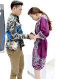 NTK Lý Quí Khánh ân cần chỉnh váy cho Hà Hồ