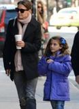 Bé Suri đáng yêu đi dạo phố New York cùng mẹ