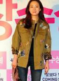 Choi Ji Woo trẻ trung với áo họa tiết côn trùng