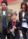 Gia đình Becks mặc đồng phục đến cổ vũ Romeo thi chạy