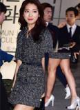 Park Shin Hye diện váy ngắn lộ chân thô kệch, đen nhẻm
