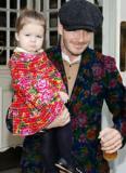 Bố con Becks ngộ nghĩnh khi mặc đồ 'chăn con công'