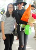 Thanh Hằng được fan hâm mộ vây kín tại sân bay Đà Nẵng