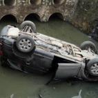 Audi Q7 lật ngửa dưới mương nước hôi thối