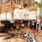 Xe khách đâm nát xe tải, 18 người thương vong