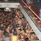 Hơn 200 người đói khát bị nhốt trong khoang thuyền nhỏ