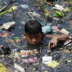 Cuộc sống mưu sinh của trẻ em ở các bãi rác thải
