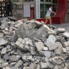Con thi trượt, cha mẹ mang gạch đá chất đầy cổng trường học