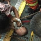 Bé trai 1 tuổi bị kẹt tay vào thang cuốn