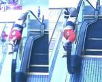 Rùng mình: Bé 2 tuổi ngã từ tầng 2 xuống khi nghịch thang cuốn