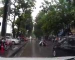 Gái trẻ suýt mất mạng vì 'tạt đầu' các ô tô