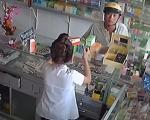 Giả vờ mua thuốc để trộm điện thoại xịn