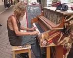 Ông lão vô gia cư chơi piano tuyệt hay