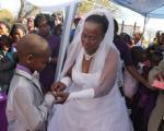 6 cặp cô dâu chú rể lệch tuổi nhất thế giới gây sốc