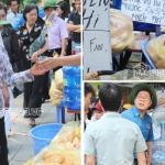 Người dân ăn vội miếng bánh, hớp nước trong lúc đợi viếng Đại tướng