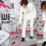 Changmin (TVXQ) lúng túng đánh rơi mic trong buổi họp báo