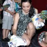 Mỹ nhân Hoa ngữ mải mê phát quà cho trẻ em, lộ cả nội y