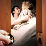 Chồng đi làm vất vả, vợ kiếm trai về làm tình
