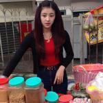 Hàng bánh hot girl 'bánh tráng trộn' hút khách ngày lễ