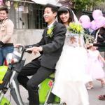 Màn rước dâu 'siêu độc' bằng xe đạp điện