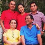Tăng Thanh Hà diện áo bà ba đỏ rực đón tết cùng đại gia đình