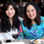 Mẹ và em gái tươi tắn dự sinh nhật Wanbi Tuấn Anh
