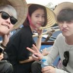 Dàn hot girl, hot boy đội nón lá, đeo kính đen đi chùa Hương