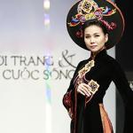 Thanh Hằng xinh đẹp như hoàng hậu trong trang phục áo dài