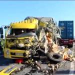 Xe tải bị 'xé toạc' sau tai nạn khủng khiếp
