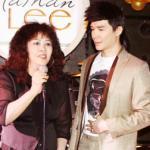 Mẹ Nathan Lee hát cùng con trai trong sinh nhật