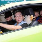 Bạn trai Lương Bích Hữu lái xe đưa học trò đi sự kiện
