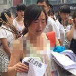 Mẹ mặc áo lót đội mưa ra đường tìm con gái bị máu trắng