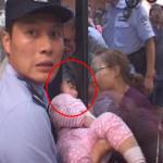 Khoảnh khắc cứu em bé bị kẹt đầu ở cửa kính tại trung tâm mua sắm