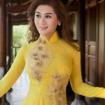 Lâm Chi Khanh khoe nét duyên thầm trong tà áo dài