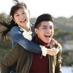 Noo Phước Thịnh cõng 'bạn gái' Nhật lãng mạn trên bờ biển