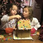 Hai con Hồng Nhung cực đáng yêu khi tự tay trang trí bánh