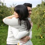 Noo Phước Thịnh ôm chặt bạn gái Nhật giữa vườn trái cây