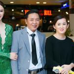 Bố mẹ Angela Phương Trinh 'tháp tùng' con gái đi sự kiện sau khi làm lành