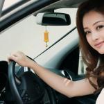 Jennifer Phạm vai trần gợi cảm tự lái xe sang đi sự kiện