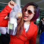 Fan mang sữa chua, bánh tráng trộn ra sân bay đón Lương Bích Hữu