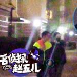 Tạ Đình Phong âu yếm nắm tay Vương Phi đi dạo giữa đêm khuya