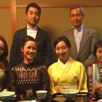 Vợ chồng Hồng Nhung thưởng thức bữa trưa của Nhật cùng bố mẹ nuôi