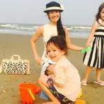 Mẹ con Hồng Nhung vui đùa trên bãi biển Sầm Sơn