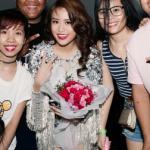 Hoàng Thùy Linh bị hàng ngàn fans vây kín trong đêm nhạc sinh viên