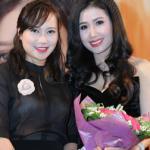Ca sĩ Khánh Linh rạng rỡ đi ủng hộ Hồng Nhung Sao Mai
