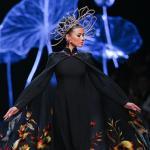 Trương Thị May diện áo dài hơn 400 triệu đồng làm vedette